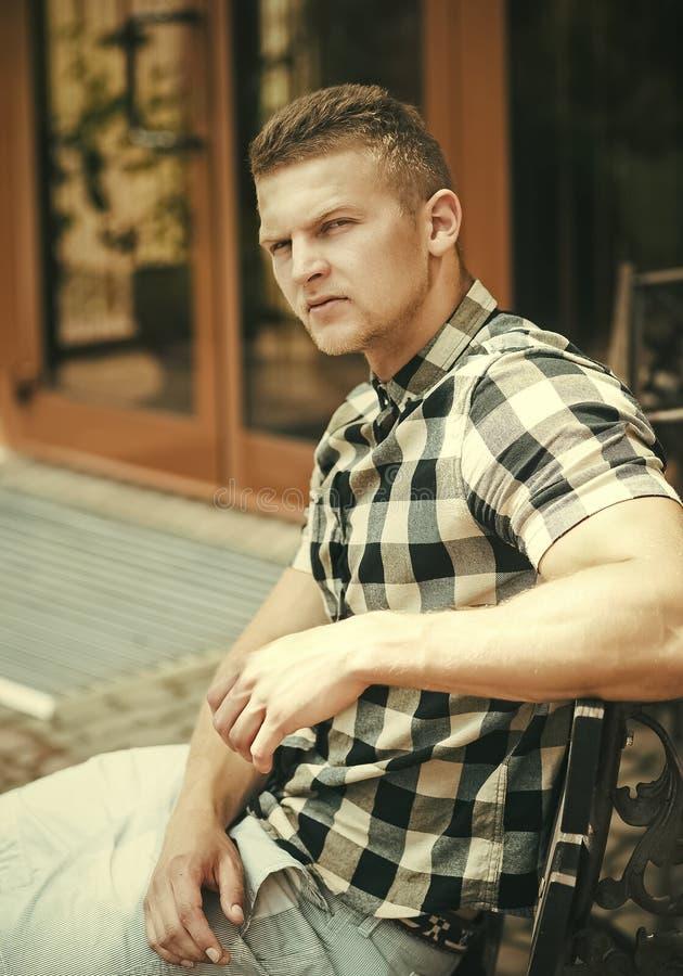 Męska twarz Zagadnienia wpływa chłopiec Mężczyzna w szkockiej kraty koszula siedzi na ławce zdjęcie royalty free