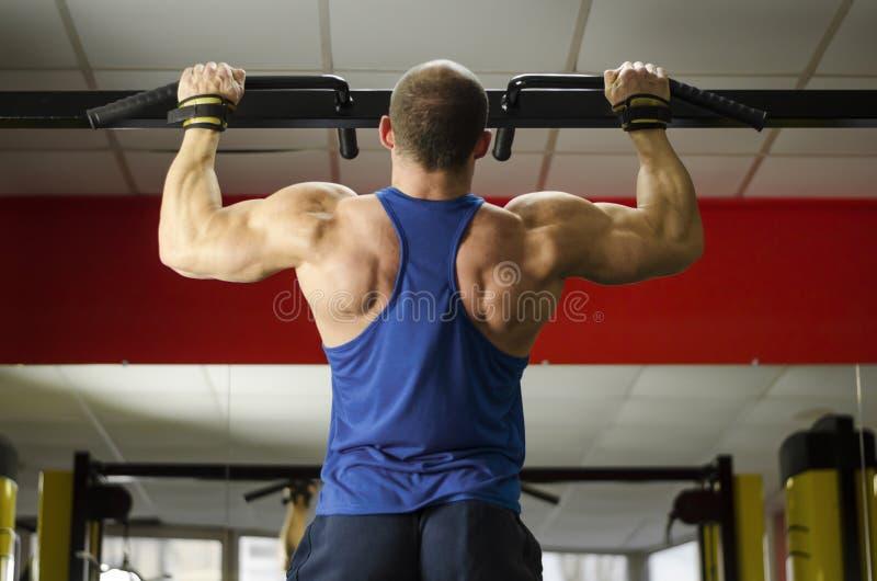 Męska wagi ciężkiej atleta robi Ups, perfect męski ciało, zdrowy życie obrazy stock