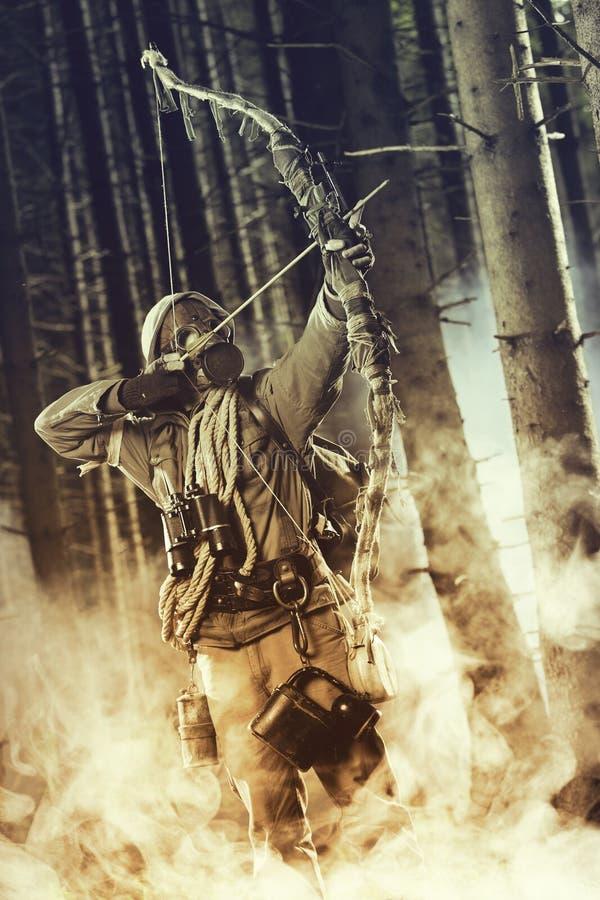 Męski łęku myśliwy jest ubranym maskę gazową obrazy royalty free