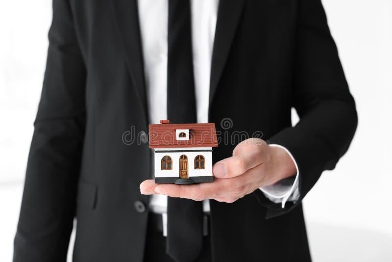 Męski agent nieruchomości z domu modelem obraz stock