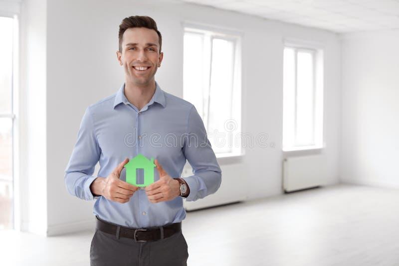 Męski agent nieruchomości z domu modelem zdjęcia stock