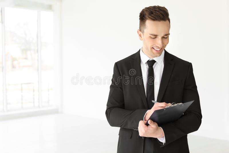 Męski agent nieruchomości z schowkiem zdjęcia stock