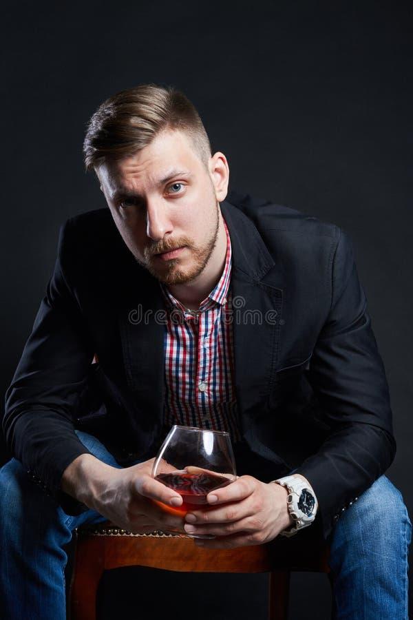 Męski alkoholizm, mężczyzna z szkłem alkohol w ręce Choroba alkoholiczny nałóg, zły przyzwyczajenie, stres ulga przez alkoholu obrazy royalty free