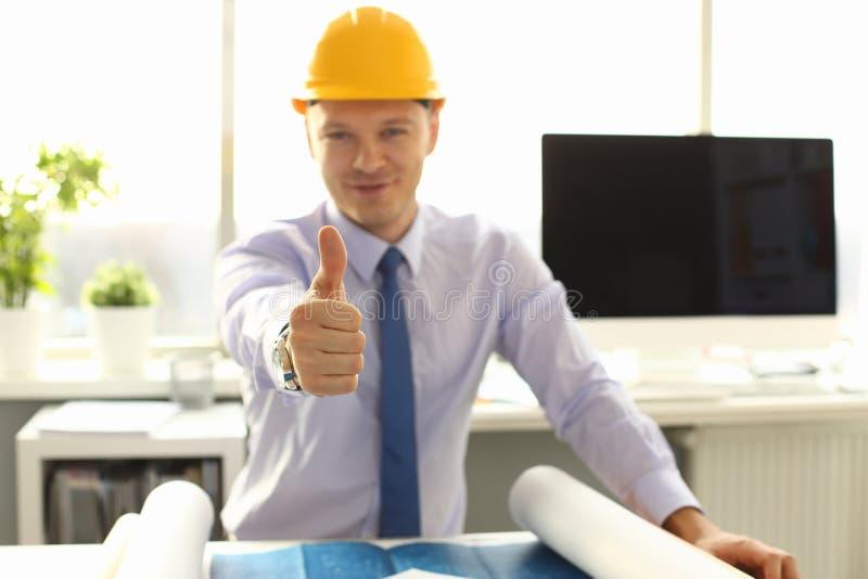 Męski architekta pracownika kciuk w W górę Biurowej miejsce pracy zdjęcia royalty free