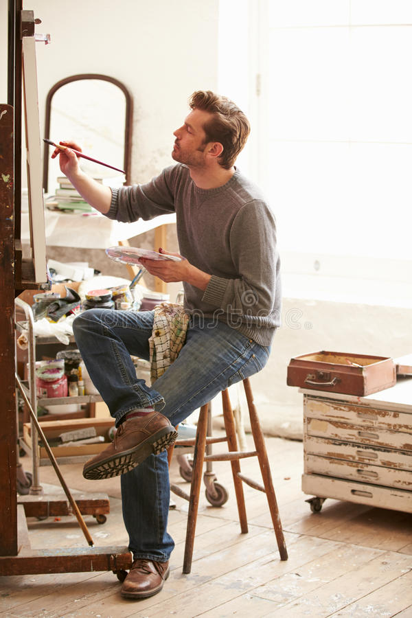 Męski artysta Pracuje Na obrazie W studiu obraz stock