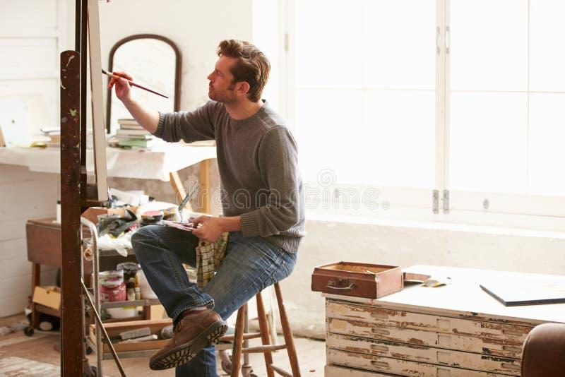Męski artysta Pracuje Na obrazie W studiu zdjęcia stock