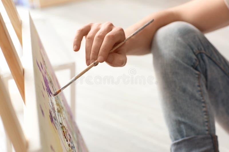 Męski artysty obraz w warsztacie obrazy royalty free