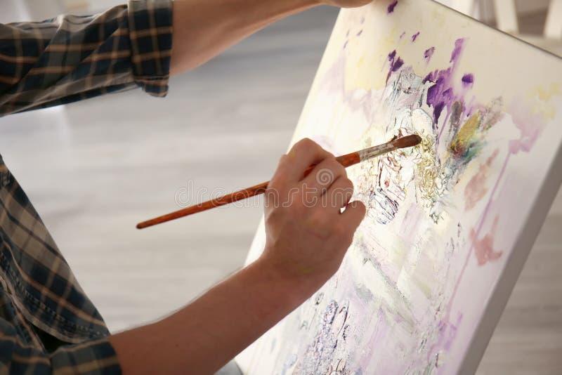 Męski artysty obraz w warsztacie obraz royalty free