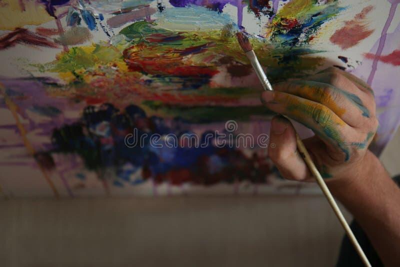 Męski artysty obraz w warsztacie obrazy stock