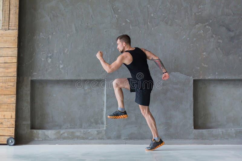 Męski atleta szybkobiegacza bieg, ćwiczy indoors fotografia royalty free