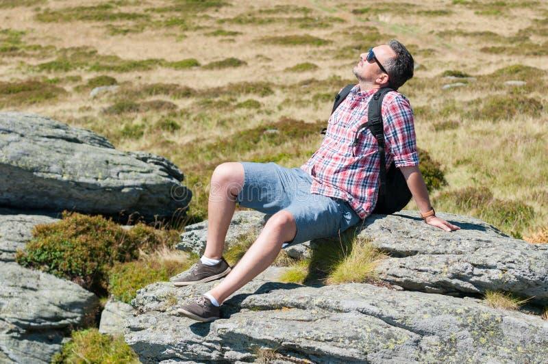 Męski backpacker słońca kąpanie na górze góry obraz royalty free