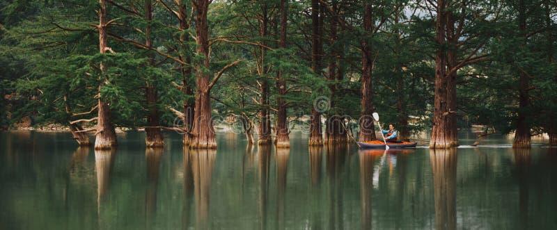 Męski badacz kayaking na jeziorze obraz royalty free