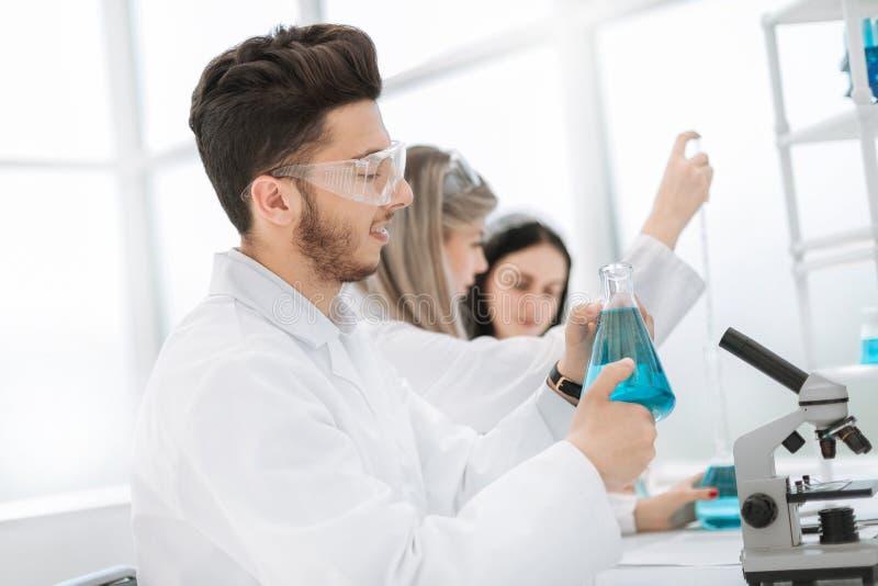 Męski badacz niesie out badanie naukowe w lab obrazy stock
