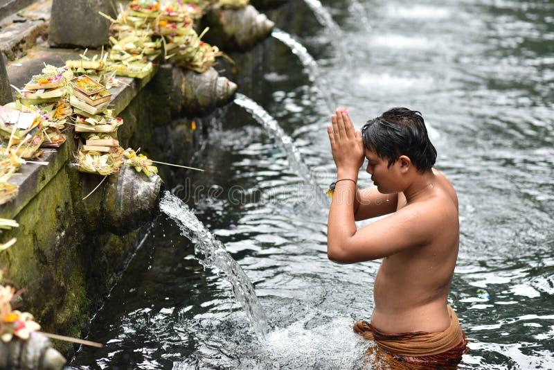 Męski balijczyk ma obrządkowego skąpanie przy Świętą wiosny wodą zdjęcia royalty free