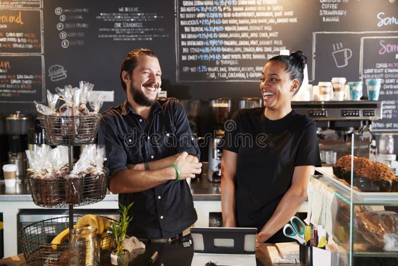 Męski Baristas Za kontuarem W sklep z kawą I kobieto obraz royalty free