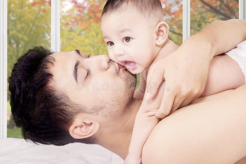 Męski berbeć i tata w sypialni obrazy royalty free