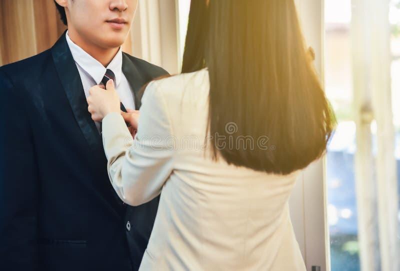 Męski biznesmen ubiera up z pomocą jego żony zdjęcie stock