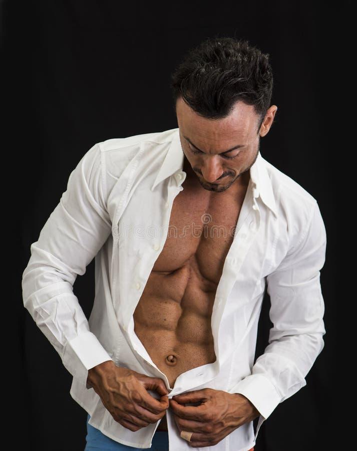 Męski bodybuilder otwiera jego koszulową odkrywczą mięśniową półpostać zdjęcia royalty free