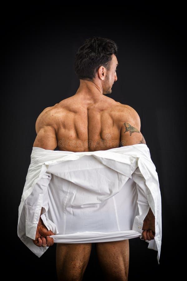 Męski bodybuilder rozbiera się odkrywczego mięśniowego plecy obrazy stock