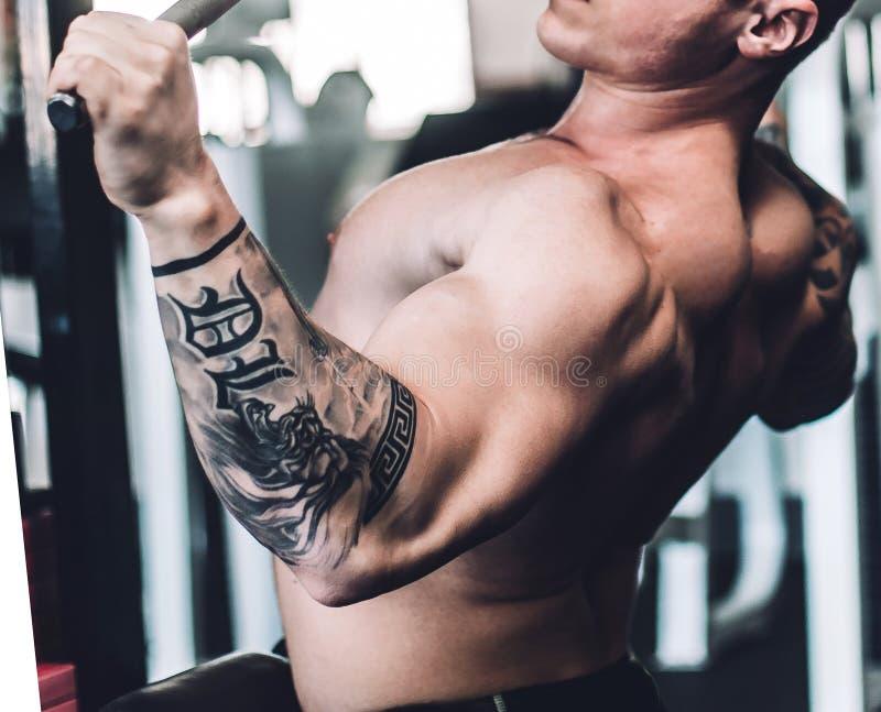 Męski bodybuilder używa symulanta sprawności fizycznej centrum obrazy stock