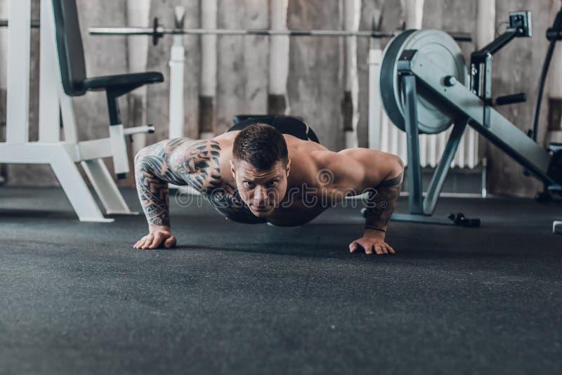 Męski bodybuilder wykonuje Ups Fotografia z kopii przestrzeni? zdjęcie stock