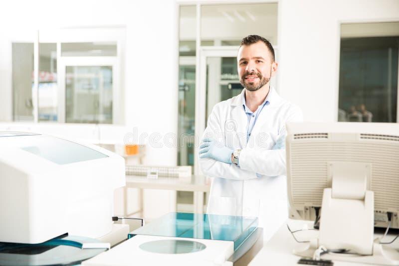 Męski chemik pracuje w nowożytnym lab obrazy stock