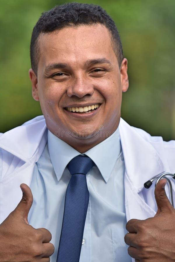 Męski chirurg I szczęście Jest ubranym Lab żakiet obraz stock