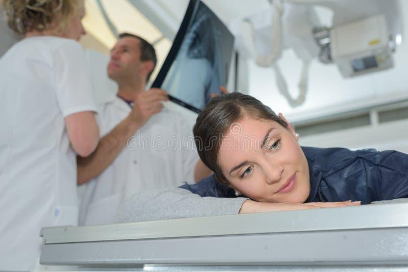 Męski chirurg opowiada promieniowanie rentgenowskie z pacjentem zdjęcie royalty free