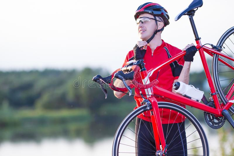 Męski cyklista w Fachowym roweru stroju Pozuje Outdoors fotografia royalty free