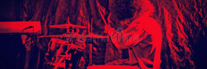 Męski dobosz z Afro bębenu włosianym bawić się zestawem w klubie nocnym zdjęcie royalty free