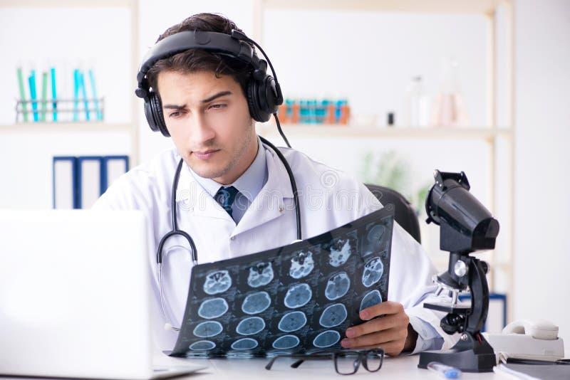 Męski doktorski słuchanie pacjent podczas telemedicine sesi zdjęcia royalty free