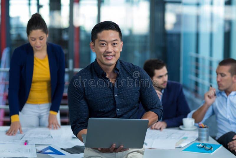 Męski dyrektor wykonawczy używa laptop zdjęcie royalty free
