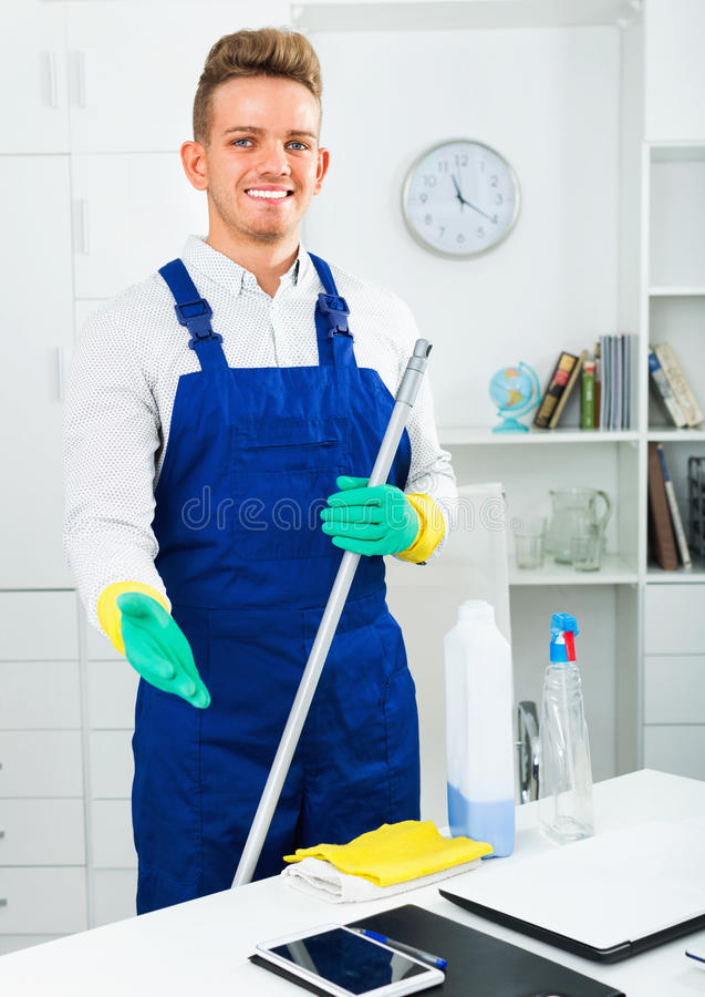 Męski fachowy janitor okurzanie w biurze zdjęcie royalty free