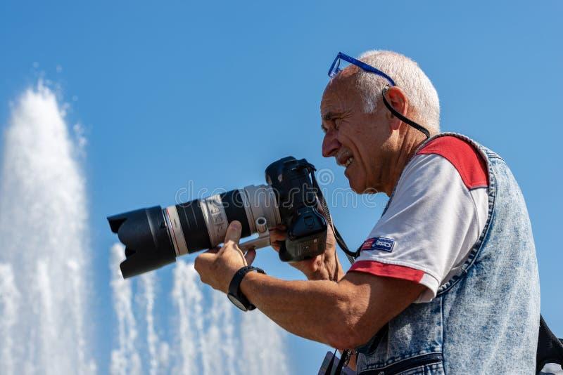 Męski fotograf z fachowym wyposażeniem - Mediolański Włochy obraz stock