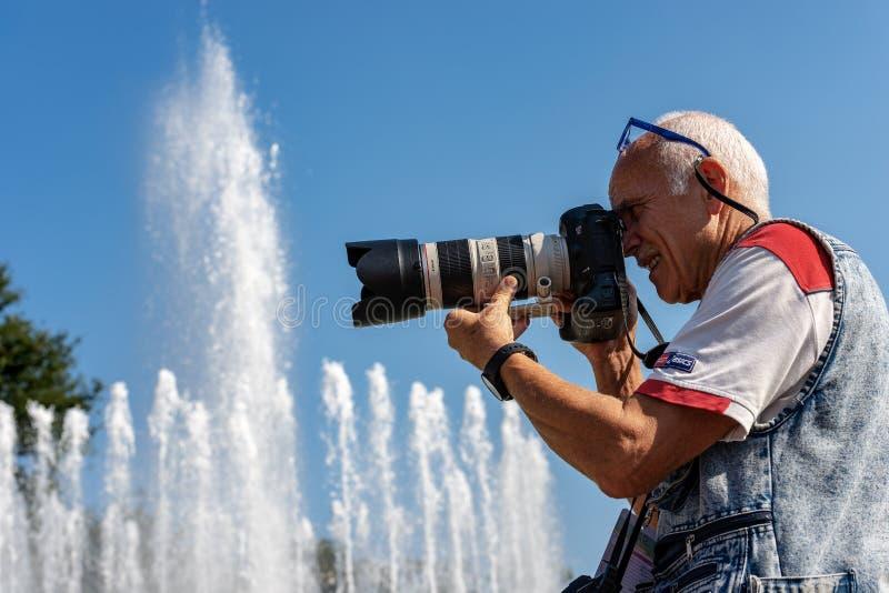 Męski fotograf z fachowym wyposażeniem - Mediolański Włochy zdjęcie stock