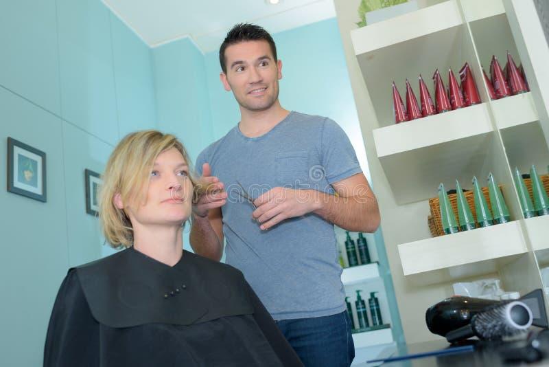 Męski fryzjer opowiada żeński klient zdjęcia royalty free