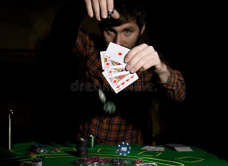 Męski grzebaka gracz trzyma pięć kart, wygrana kombinacja Na ciemnym tle obraz royalty free