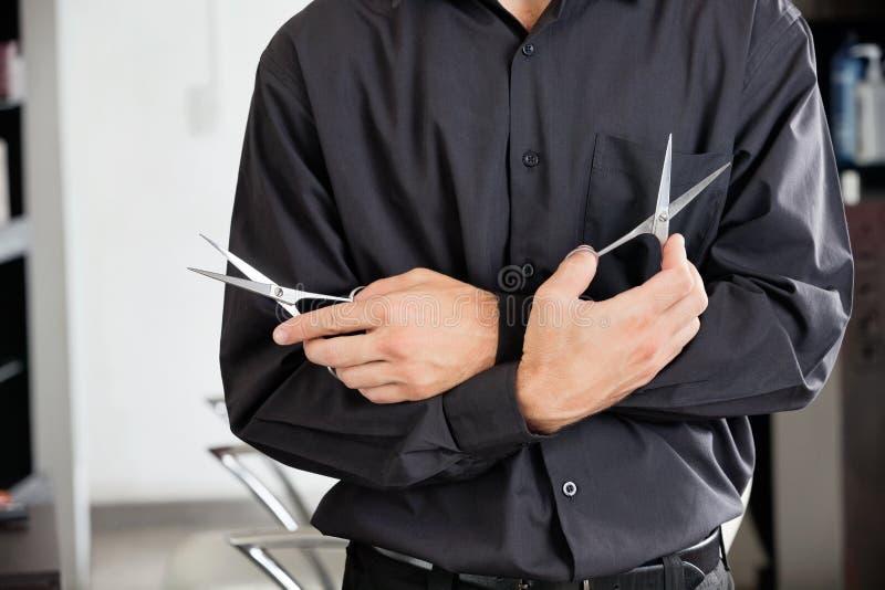 Męski Hairstylist Trzyma Dwa nożyce obrazy royalty free