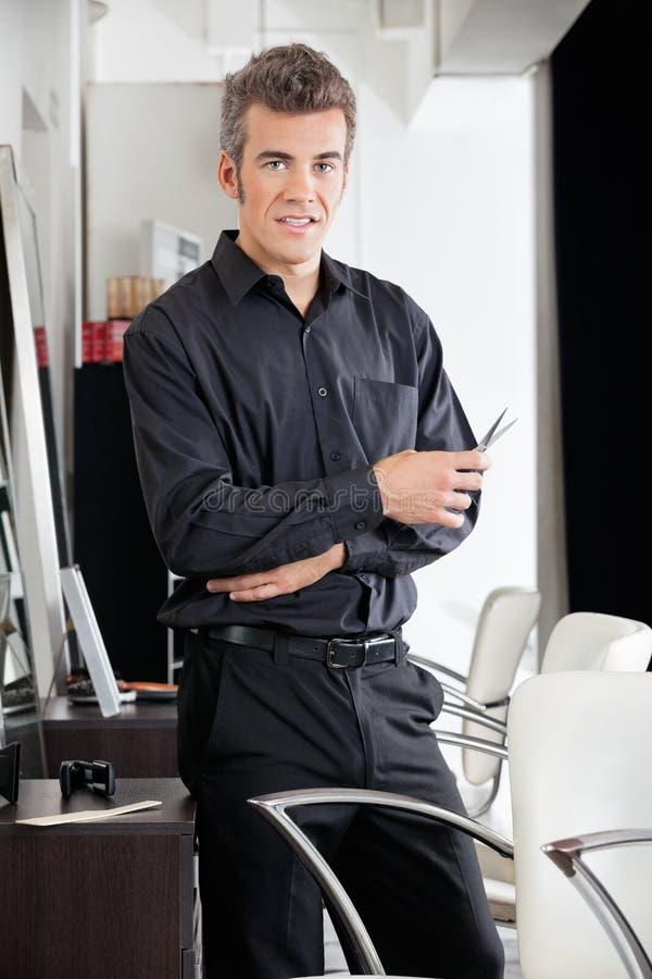 Męski Hairstylist Z nożycami Przy salonem zdjęcie royalty free