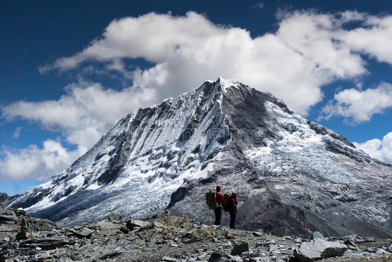 Męski i żeński backpacker trekking przez Andes w Peru i podziwia widok obraz royalty free