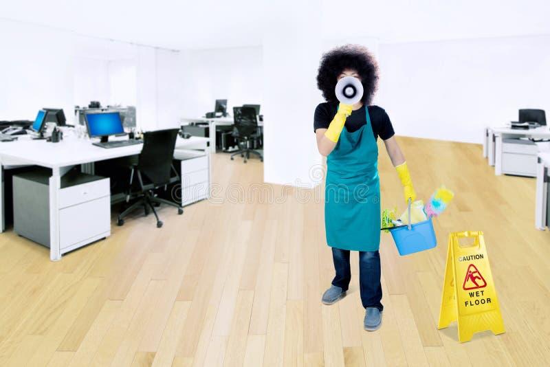Męski janitor z megafonem w biurze fotografia stock
