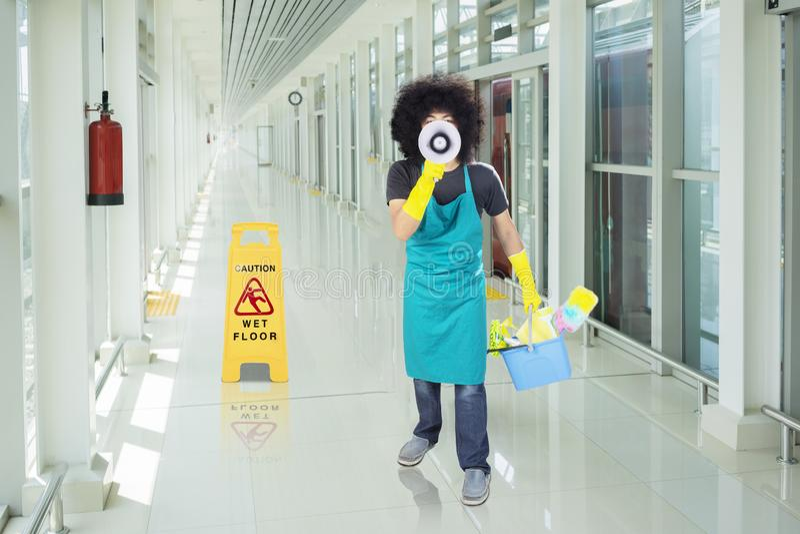 Męski janitor z megafonem w dworcu fotografia royalty free