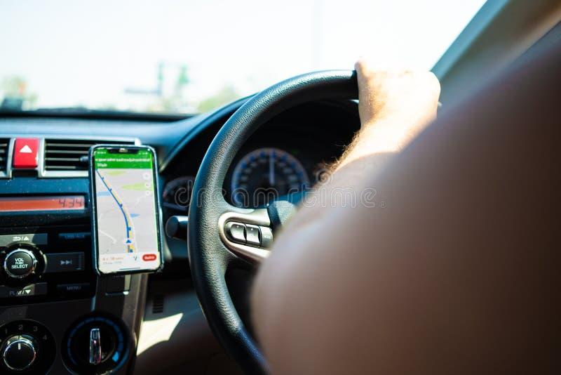 Męski jeżdżenie samochód na drodze używać nowego, pojęcie podróżować samochodem, gps fotografia stock