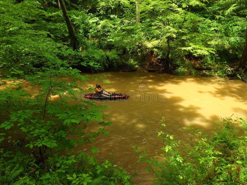 Męski Kayaker w kajaku przy Pigg rzeką Wędruje zdjęcia stock