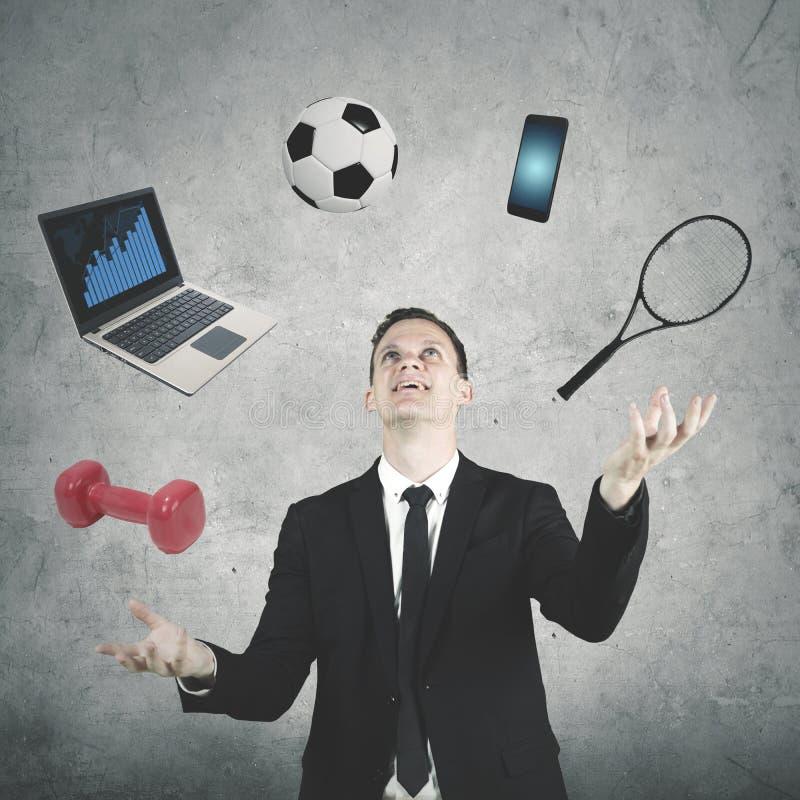 Męski kierownik żongluje z wiele przedmiotami fotografia royalty free