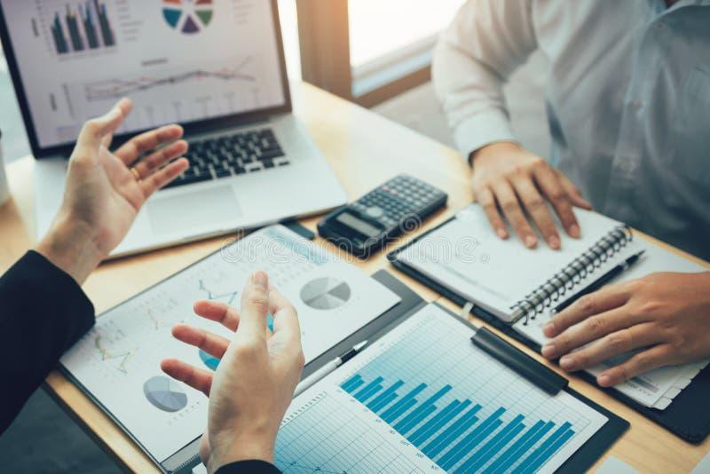 Męski kierownik wyjaśnia o firma kosztu wykresie na laptopie dla pracowników słuchać i dzielić analysi fotografia stock