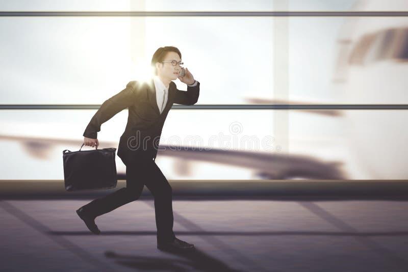Męski kierownika bieg na lotniskowym terminal obraz stock