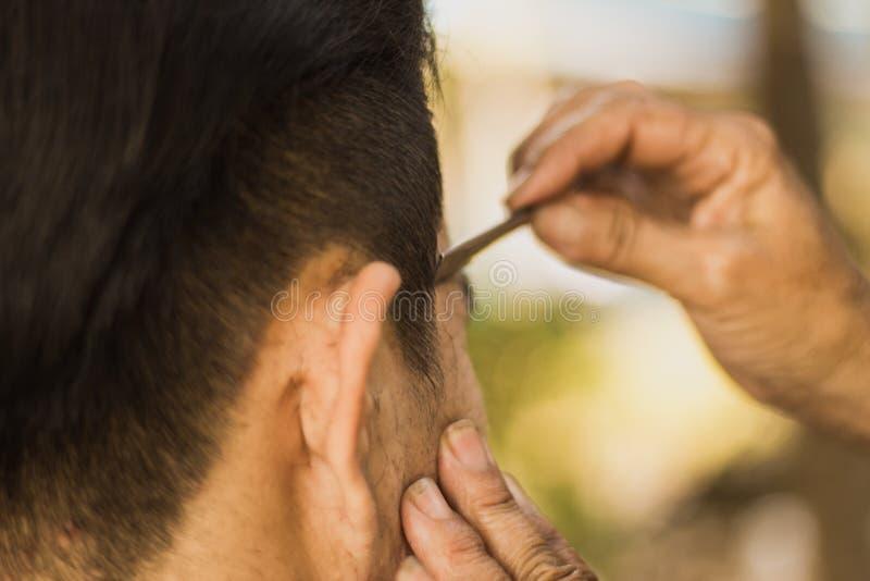 Męski klient dostaje ostrzyżenie żyletką obrazy stock