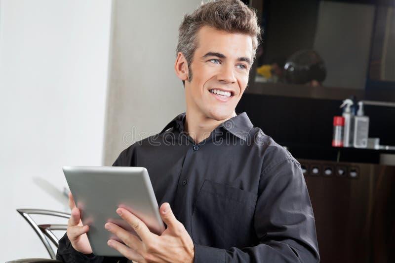 Męski klient Z Cyfrowej pastylką W salonie zdjęcie royalty free