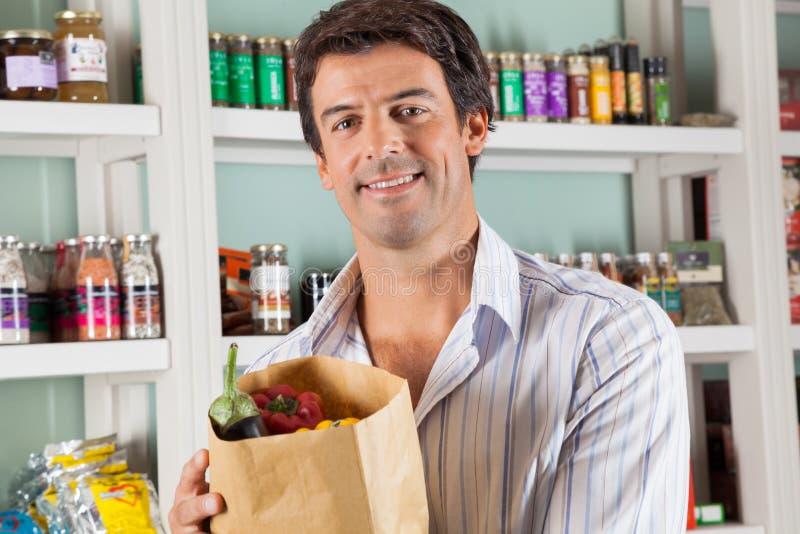 Męski klient Z Jarzynową torbą W supermarkecie zdjęcia royalty free